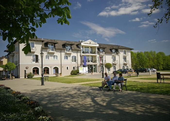 Xavin Hotel Harkány tavasszal, pihenés a közeli park padjain