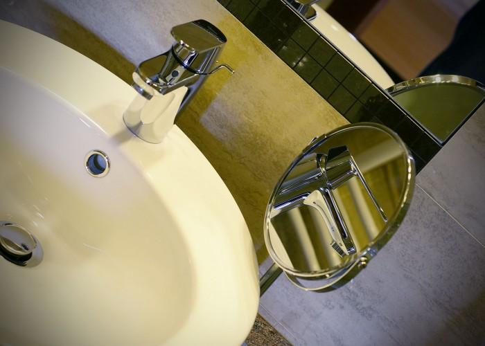 A fürdőszobák makulkátlan tisztaságú és minőségű csaptelepei, valamint egy tükör