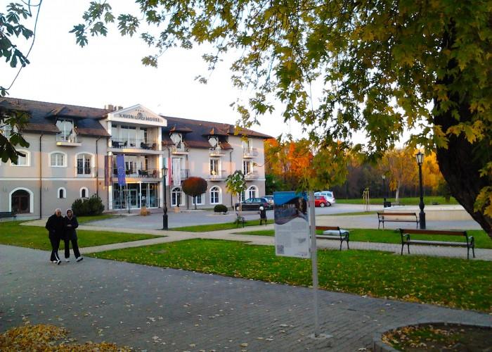 Xavin Hotel látképe ősszel