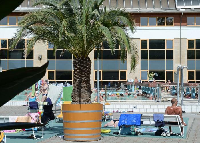 Harkányi Gyógy- és Strandfürdő, fürdőző és napozó emberek a kánikulában