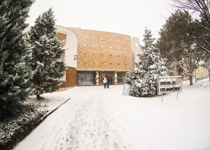 A Harkányi Gyógy- és Strandfürdő bejárata téli hóesés idején