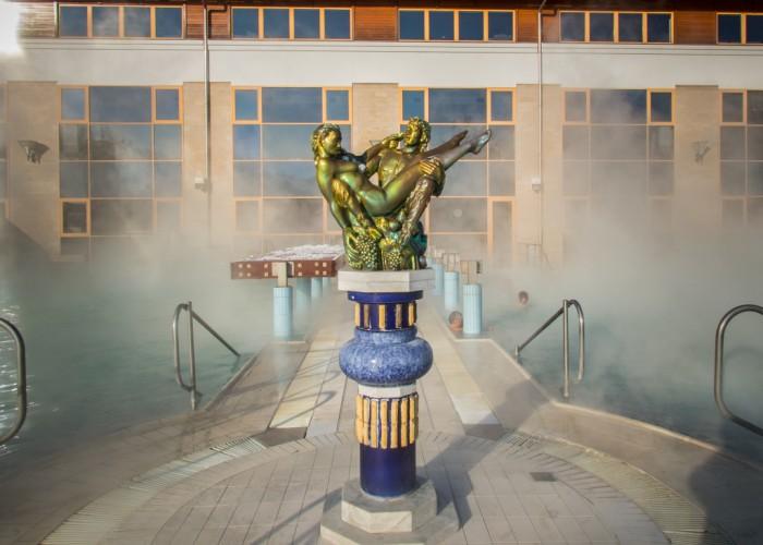 Harkányi Gyógy- és Strandfürdő, Harka szobor a téli vízpárában