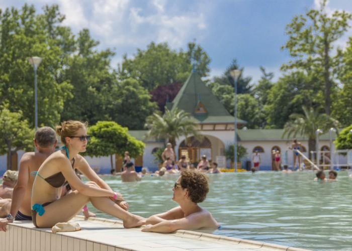 Harkányi Gyógy- és Strandfürdő, fürdőző emberek a nyári kánikulában