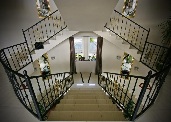 A Xavin Hotel lépcsőfeljárója az első emeletre