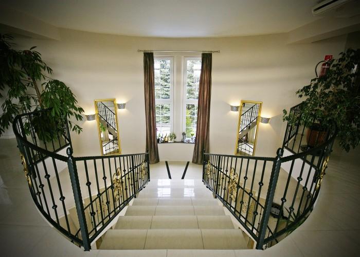A Xavin Hotel lépcsőfeljárója a második emeletre