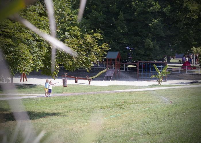 Harkányi Gyógy- és Strandfürdő, öntözővel játszó gyermekek, játszótér