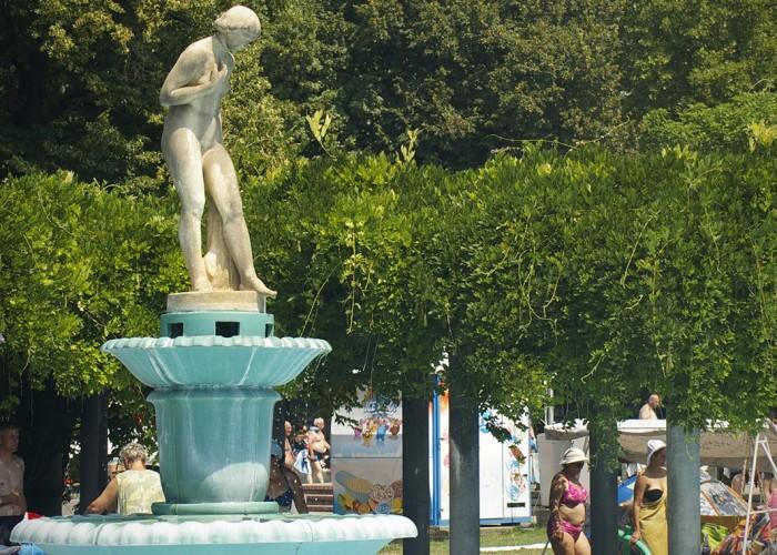 Strand, gyermekmedence és környezete, park