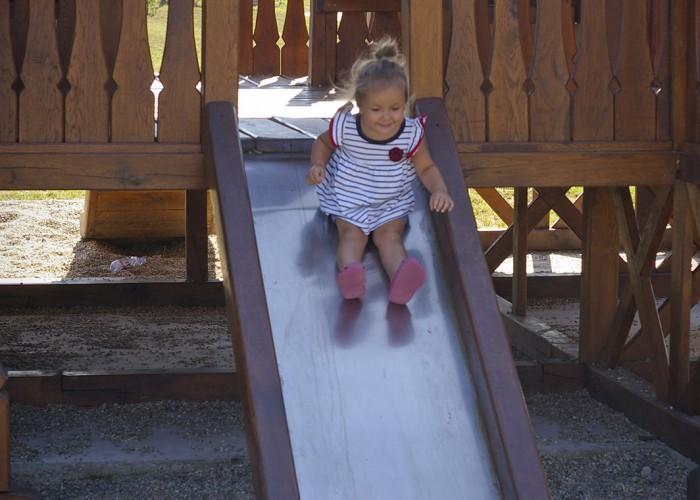 Ős-Dráva Látogatóközpont, gyermek csúszdázik a játszótéren