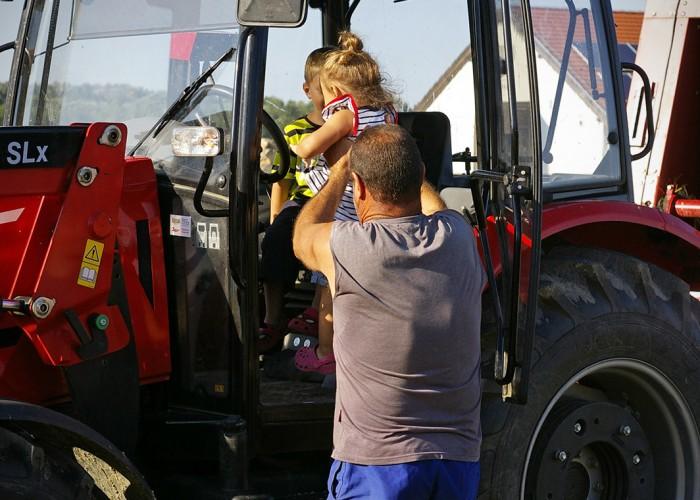 Ős-Dráva Látogatóközpont, gyerekek a traktorban