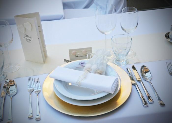 A Xavin Hotel Lavanda kertje esküvői hangulatban, megterített asztal menü- és ültető kártyával