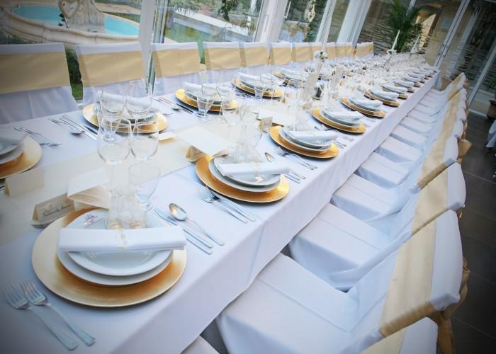 A Xavin Hotel Lavanda kertje esküvői dekorációval, asztalok