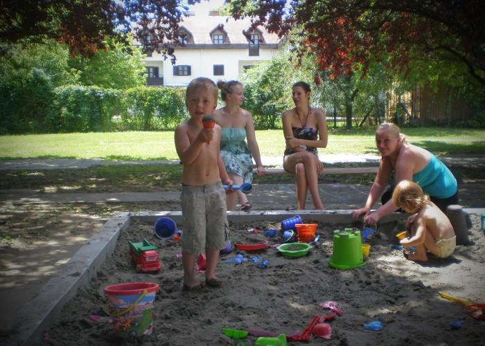Harkányi Gyógy- és Strandfürdő, árnyékos baba-mama park homokozója