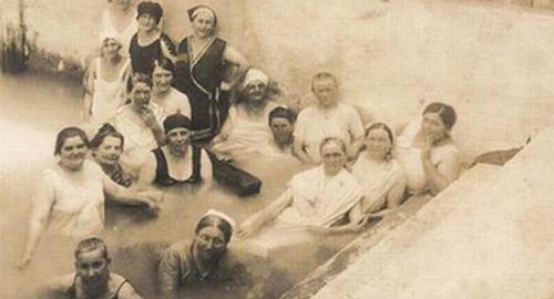 A Harkányi gyógyvízben fürdőző asszonyok